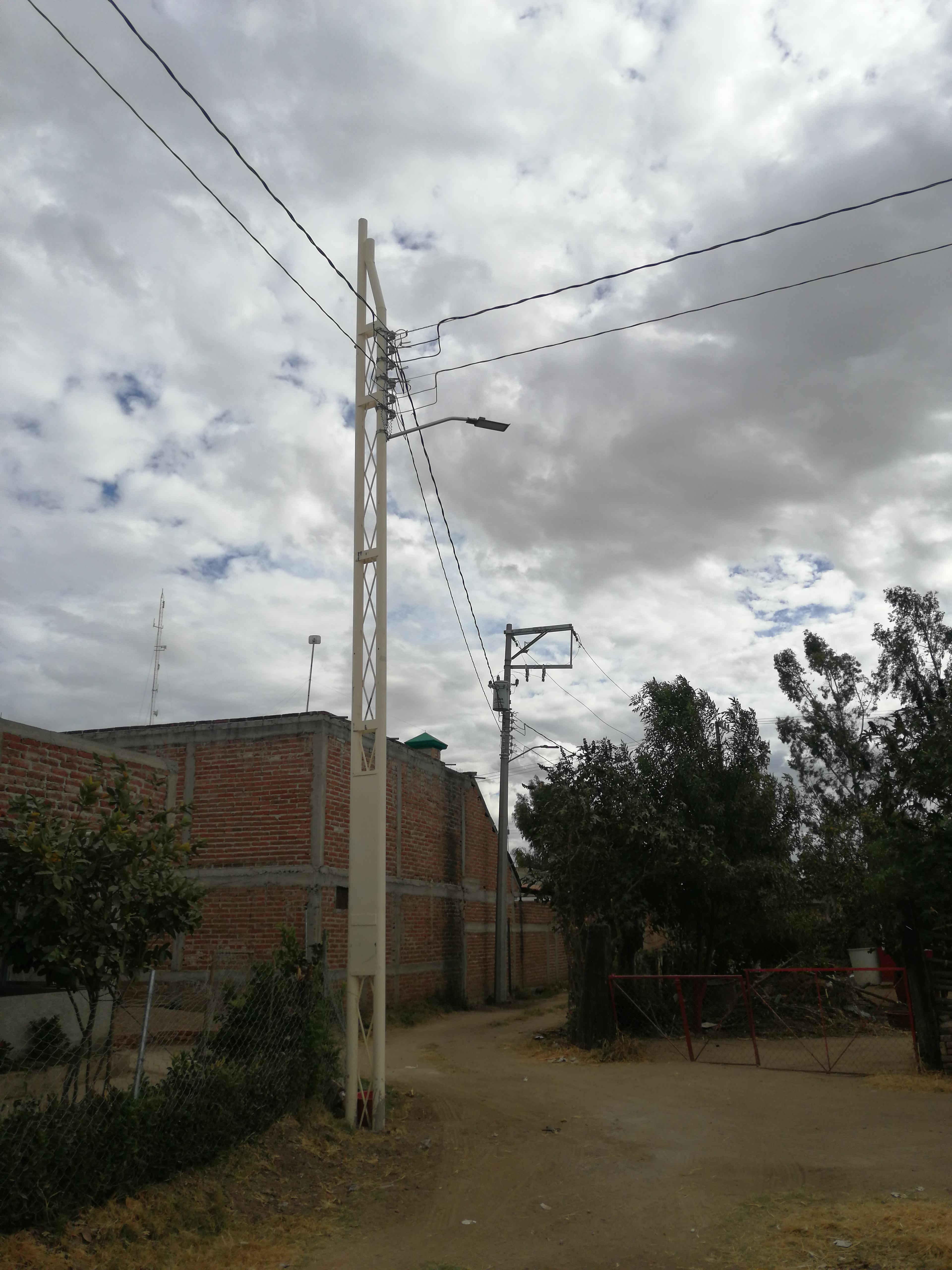 Electrifican calles de la comunidad de Medranos