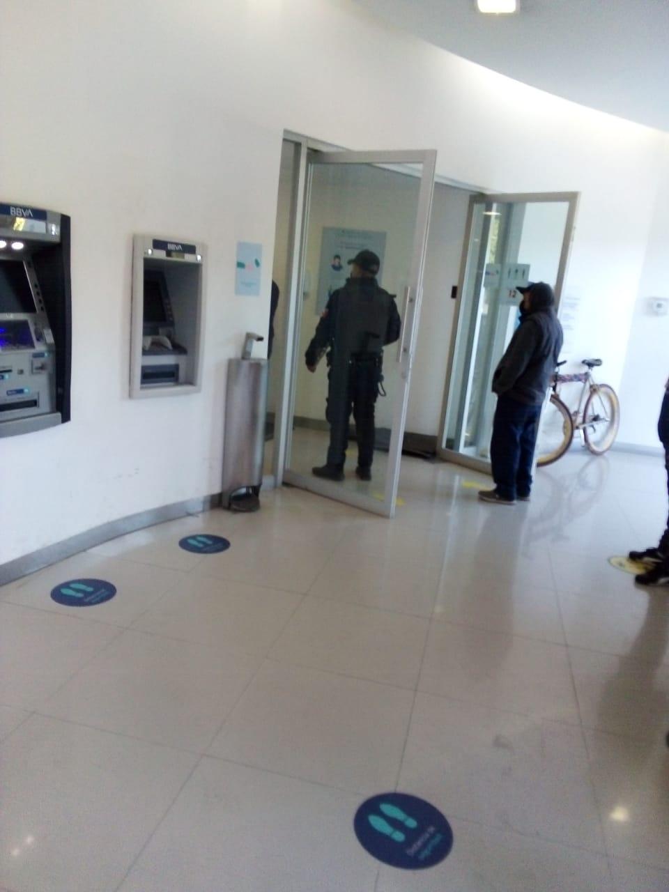 Promueven sana distancia en sucursales bancarias de Silao