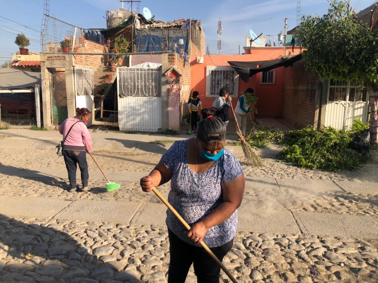 Participan colonos de las Huertas en la limpieza de su colonia