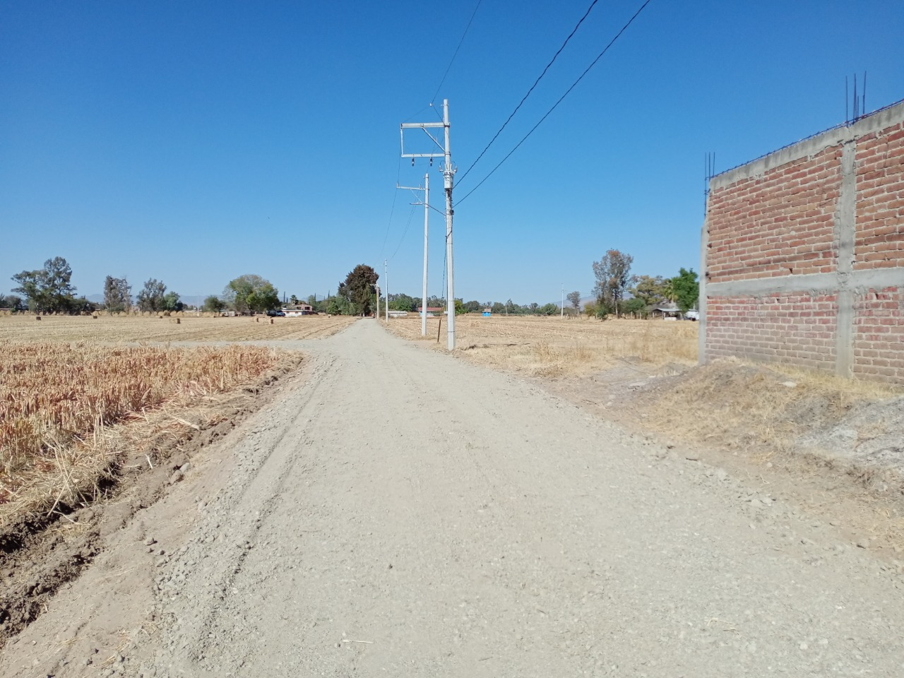 Brindan mantenimiento en caminos y drenajes de la zona rural