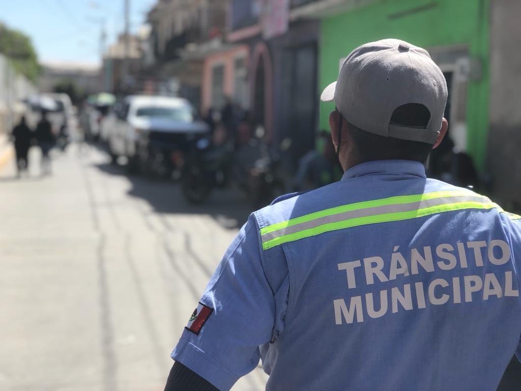 Brindan Policía y Tránsito apoyo con monitoreo y vigilancia al exterior de los puntos de vacunación