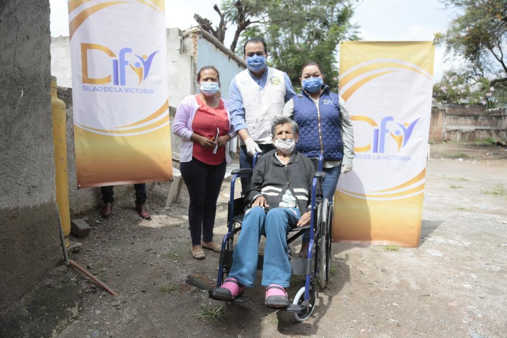 Toño Trejo continúa con entrega de apoyos y sillas de ruedas