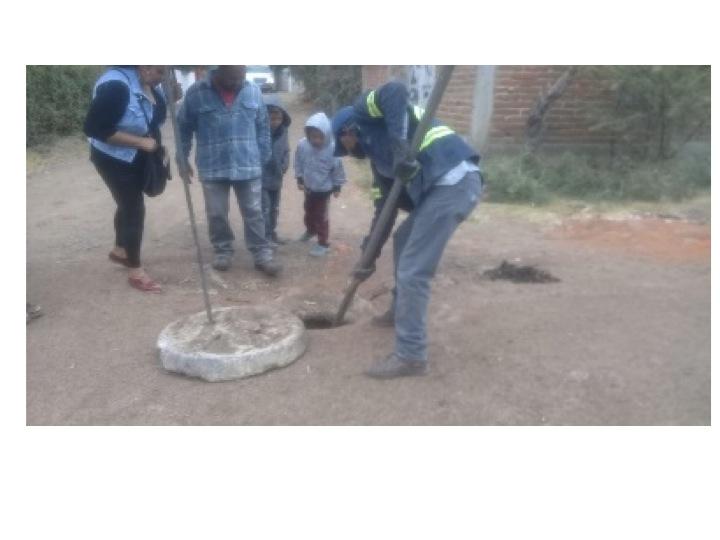 Obras Públicas continúan con el desazolve de drenajes en comunidades