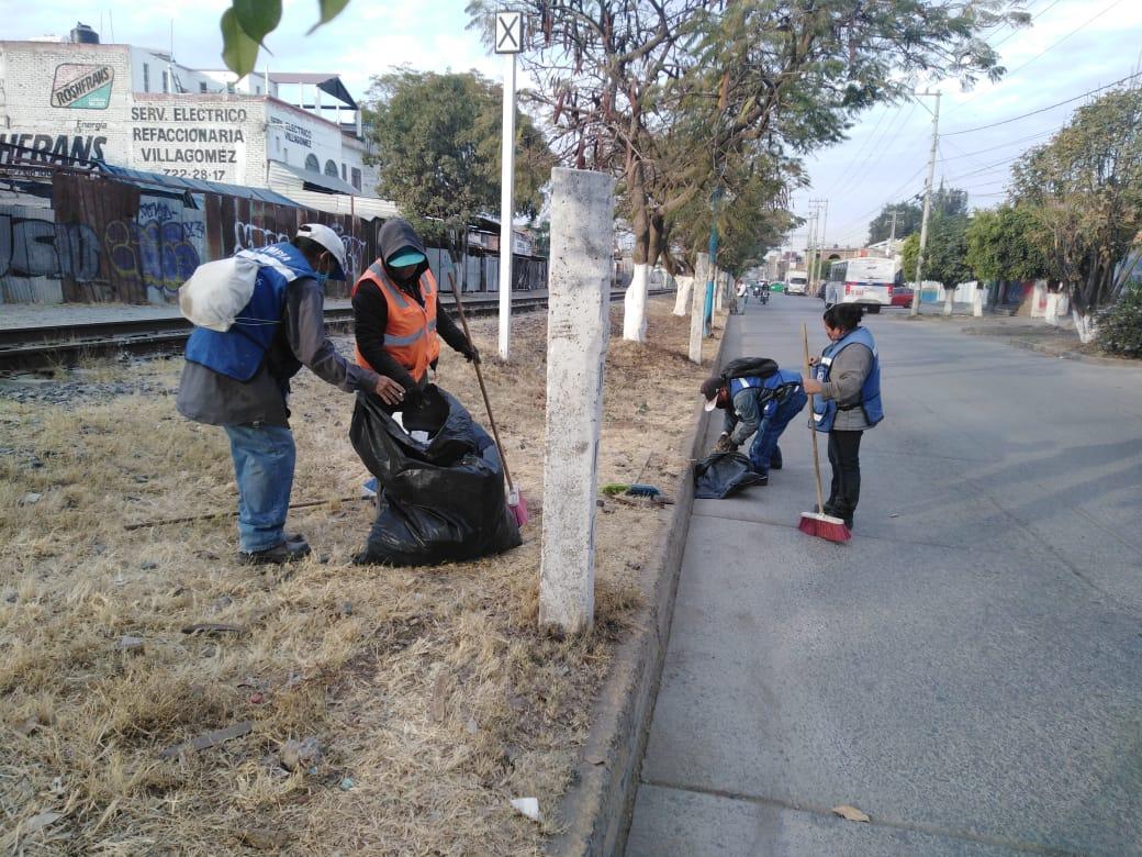 Iluminan, barren, limpian calles y parques públicos
