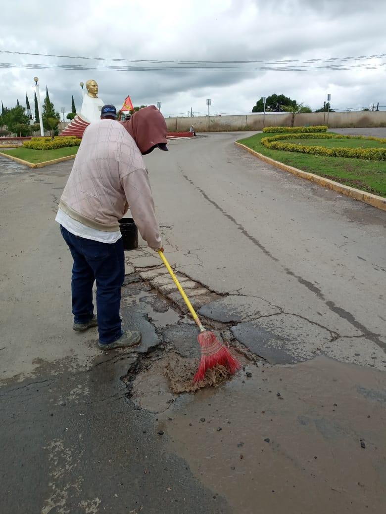 Municipio continúa saneando calles de Silao